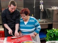 Unser Küchenchef Felix gibt Tipps beim Kochkurs