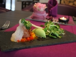 Seeteufel im Serranomantel Paprika Chili Salsa Erbsensorbet Parmesanluft Salatbouquet